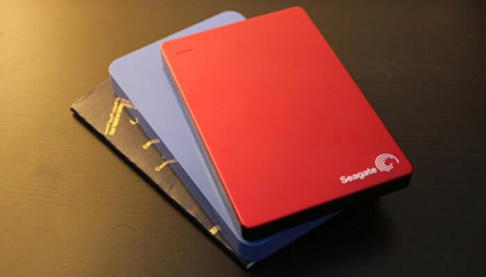 extermal-hard-disk-seagate-STDR200302-red-on-desk