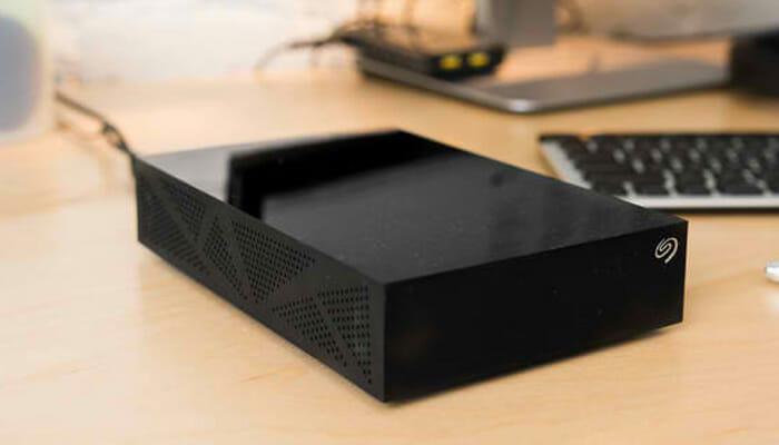 extermal-hard-disk-seagate-STDT5000100-black-on-desk